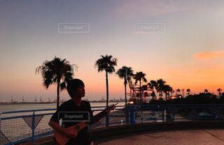 海,空,夏,屋外,太陽,夕焼け,ギター,水面,海岸,ヤシの木,グラデーション,夏バテ