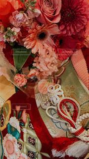 テーブルの上に花の花瓶の写真・画像素材[3091394]