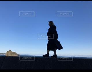 風景,海,空,屋外,青空,山,女の子,背景,青い,履物