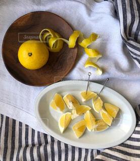 食べ物,屋内,黄色,テーブル,果物,皿,日向夏