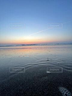 自然,海,空,屋外,太陽,雲,波打ち際,波,水面,海岸,夜明け,浜辺,飛行機雲