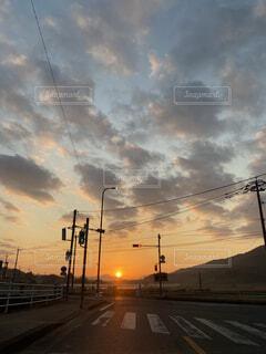空,屋外,太陽,雲,明るい,くもり,交通,街路灯,#朝 #田舎 #雲 #綺麗 #太陽 #おはよう #映え #背景 #壁紙 #日本 #japan #信号 #電柱