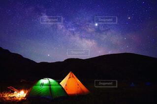 テントと天の川の写真・画像素材[4470660]