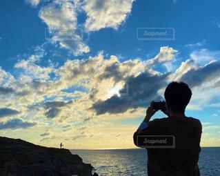 自然,海,空,夏,冬,夕日,屋外,ビーチ,雲,青空,水面,山,影,シルエット,人物,人,写真
