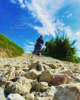 岩場に立っている男の写真・画像素材[4491544]