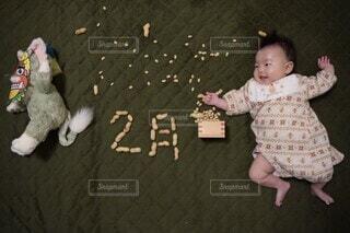 子ども,猫,風景,屋内,楽しい,床,ぬいぐるみ,人物,人,笑顔,赤ちゃん,可愛い,節分,ジェラトーニ,豆まき,鬼退治,2月,人間の顔
