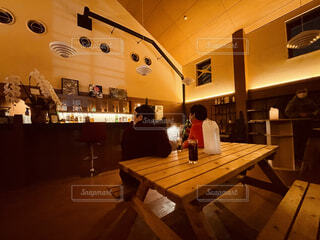 建物,屋内,部屋,椅子,テーブル,床,人物,人,レストラン,天井,コーヒー テーブル