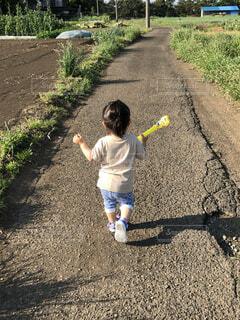 子ども,風景,屋外,草,人物,人,赤ちゃん,地面,幼児,少年,若い,遊び場,汚れ,履物,少し