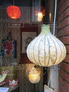 建物の側面に花が描かれた花瓶の写真・画像素材[4781011]