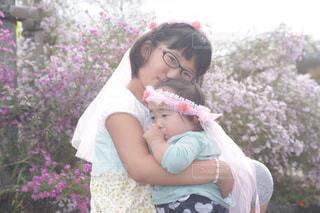 女の子の赤ん坊を保持の写真・画像素材[792666]