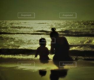 ビーチに座っている人の写真・画像素材[983097]