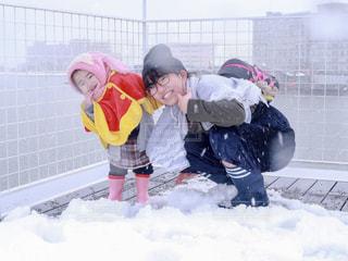 雪の中で遊んだ仲良し姉妹の写真・画像素材[1013236]