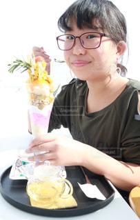 パフェ食べている小学生女子の写真・画像素材[1013257]
