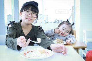 食事のテーブルに座っている姉妹の写真・画像素材[1013302]