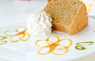 シフォンケーキとホイップクリームの写真・画像素材[1015288]