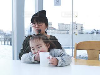 カフェで注文した料理を待つ姉妹の写真・画像素材[1016723]