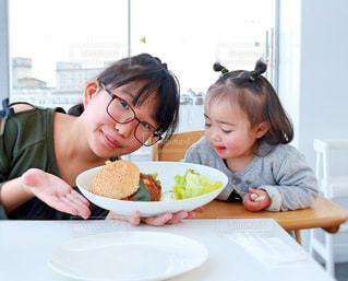 ハンバーガーと仲良し姉妹の写真・画像素材[1027161]