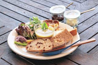 木製のテーブルの上に食べ物のプレート - No.1145064