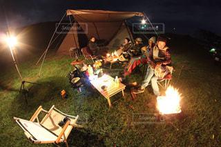夜に座っている人々 のグループの写真・画像素材[1205237]