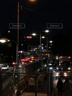 風景,夜,夜景,屋外,車,都会,歩道橋,通り,交通,車両,プラットフォーム,街路灯,環状線