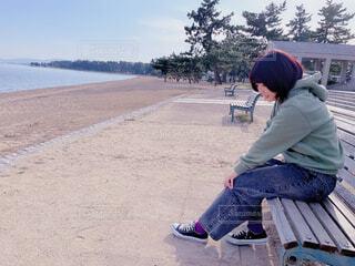 女性,風景,空,屋外,ビーチ,砂浜,海辺,ベンチ,水面,海岸,人物,人,地面