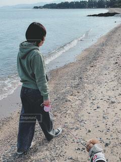 犬,自然,風景,空,屋外,砂,ビーチ,砂浜,海辺,散歩,水面,海岸,人物,人,地面,ズボン