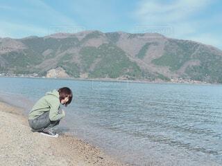 女性,自然,空,屋外,湖,ビーチ,海辺,水面,海岸,山,人物,人,座る,しゃがむ