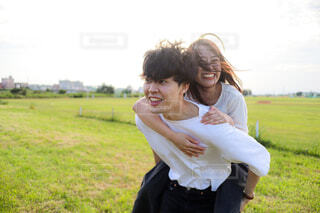 おんぶするカップルの写真・画像素材[4585058]