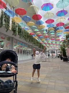 風景,傘,屋外,ジャンプ,レインボー,子供,人物,人,赤ちゃん,地面,ベビーカー,履物