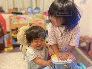 子ども,風景,屋内,かわいい,人物,人,赤ちゃん,幼児,少年,兄弟,幼稚園,保育園,少し,人間の顔
