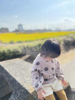 子ども,風景,花,屋外,菜の花,少女,人物,人,赤ちゃん,地面,幼児