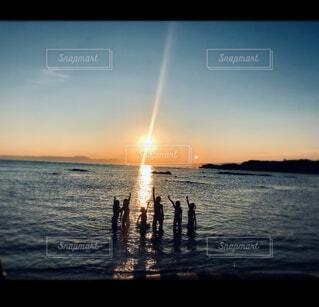水の体に沈む夕日の写真・画像素材[4747754]