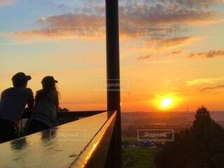 夕日をみながらお疲れ様の写真・画像素材[4664407]