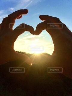 背景の夕日での写真・画像素材[4665017]