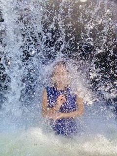 熱いから滝にうたれよっとの写真・画像素材[4678457]