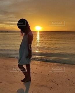 自然,風景,海,空,モルディブ,屋外,太陽,砂,ビーチ,雲,夕焼け,水面,海岸,少女,人物,人,地面