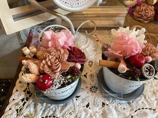 食べ物,花,ケーキ,屋内,花束,花瓶,バラ,結婚式,薔薇,デザート,テーブル,皿,キャンドル,食器,ウエディング ケーキ