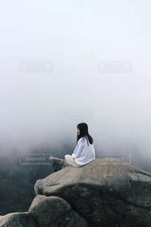 女性,自然,風景,空,森林,屋外,白,霧,山,大自然,岩,人物,人,ハイキング,生命,夢,素敵,力