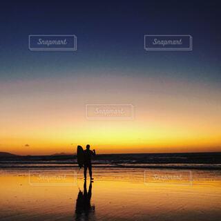 風景,海,空,夕日,屋外,太陽,サーフィン,ビーチ,夕暮れ,黄色,水面,シルエット,桟橋,干潮,鏡面