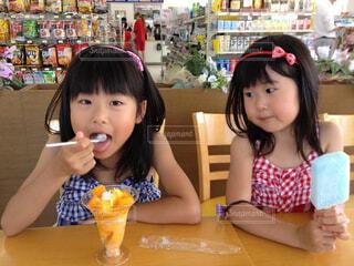 子ども,食べ物,夏,屋内,かわいい,少女,人物,人,座る,コンビニ,アイス,幼児,ソフトド リンク,人間の顔