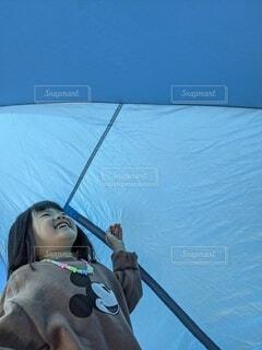 ジャンプ,笑顔,家族時間,テントの中,ワンタッチテント,ブルーのテント,子どもとキャンプ