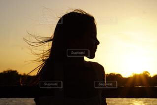 空,屋外,太陽,雲,夕暮れ,少女,人物,人,バックライト,人間の顔