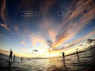 自然,海,空,夕日,屋外,太陽,ビーチ,雲,夕暮れ,暗い,水面,沖縄,影,光,人,日の出,sup,設定