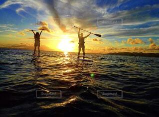 自然,海,空,夕日,屋外,太陽,ビーチ,雲,夕暮れ,暗い,水面,沖縄,影,光,人,sup,設定