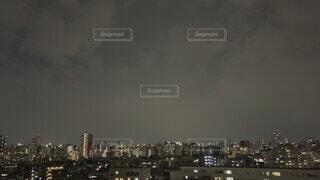 風景,空,建物,夜景,夜空,屋外,雲,工場,タワー,都会,高層ビル,雷,くもり,嵐,落雷