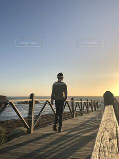 男性,風景,空,屋外,湖,ビーチ,水面,人物,人,桟橋