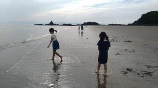 子ども,自然,風景,海,空,夏,屋外,湖,ビーチ,裸足,水面,海岸,人物,人