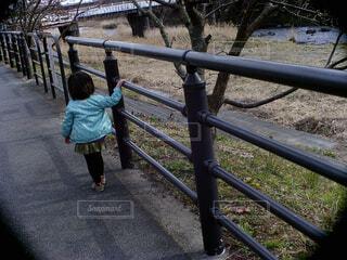 お散歩する子供の写真・画像素材[4500402]