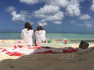 ビーチに座る女性の写真・画像素材[4501900]