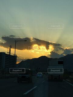 空,屋外,雲,車,山,くもり,車両,陸上車両